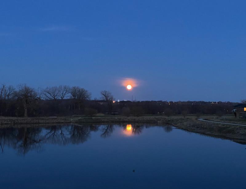 太阳和月亮在同一个地方升起