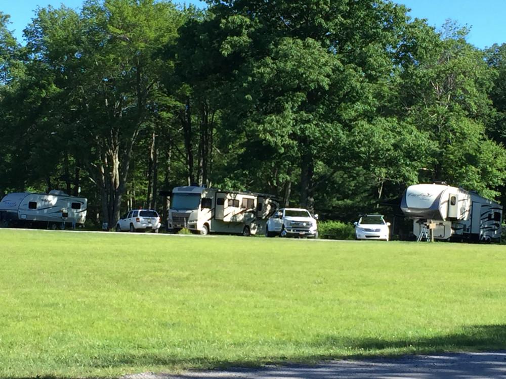 宿营 下:RV 营地里的帐篷